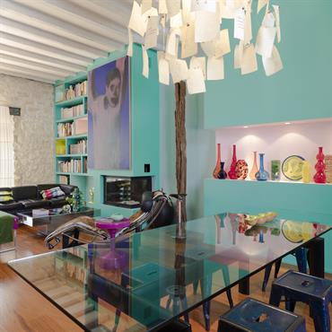 Pièce à vivre design avec couleurs acidulées