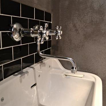 Robinetterie encastrée à l'ancienne, vasque de style rétro et carreaux métro noirs pour la salle de bains
