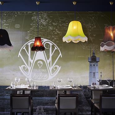 Les suspensions boboboom attirent l'oeil vers le décor panoramique dessiné par Soraya Deffar et crée un effet de profondeur.