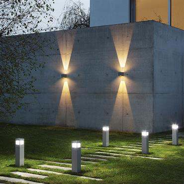 Bornes d'extérieur design en métal éclairant une allée de jardin