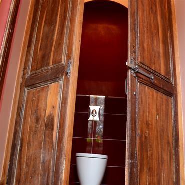 WC dans placard mélangeant traditionnel et contemporain!
