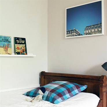 Lit d'antiquaire en noyer et murs blancs pour une chambre d'enfant sobre et chic