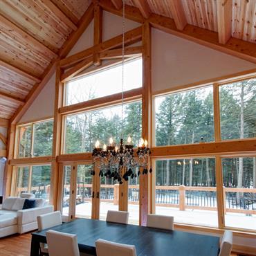 Grand séjour cathédral donnant sur terrasse en bois
