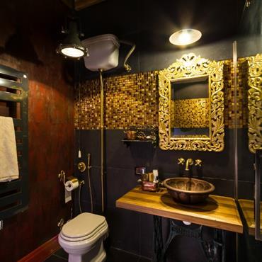 Mur gris foncé et mosaïque dorée pour un look majestueux et contrasté - Toilettes