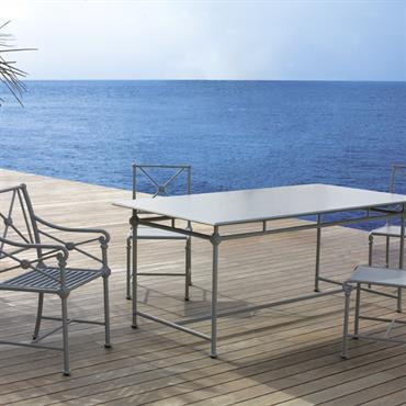 Salle à manger extérieure de style classique et de couleur bleu-grise avec vue sur la mer