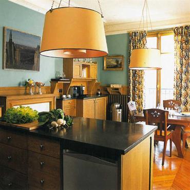 Une cuisine équipée en bois massif aux lignes classiques et pures.