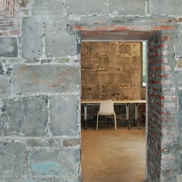 Entrée en pierres et briques apparentes, mobilier contemporain épuré