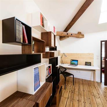 Bibliothèque dans le coin bureau