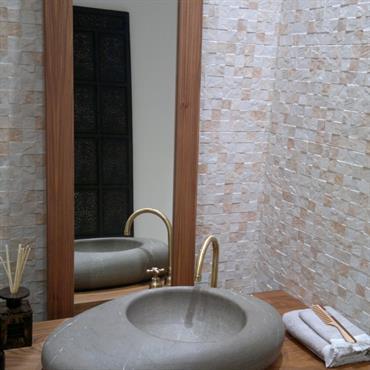 Salle de bain avec vasque façon creusée dans un galet