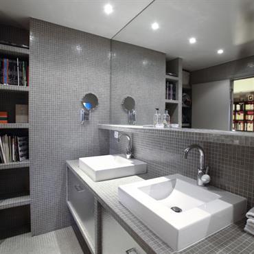 Salle de bain en mosaïque grise
