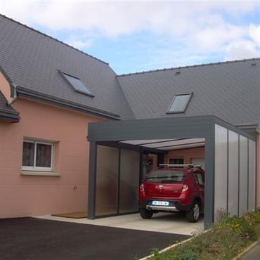 Construction d'une couverture en aluminium et polycarbonate pour créer un garage