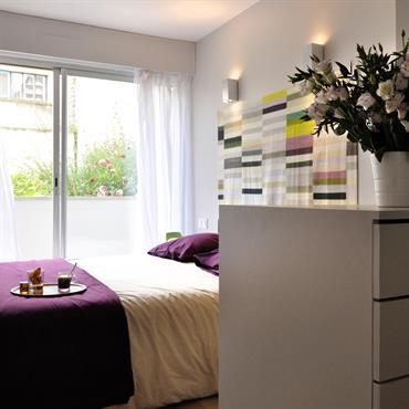 Chambre contemporaine avec tête de lit en textile coloré