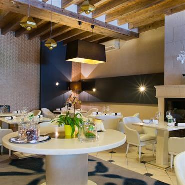 La salle de restaurant avec poutres apparentes