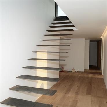Escalier flottant en acier
