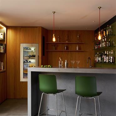 Ilot de cuisine, dalles de sol (1115m2) et snack bar en beton  Produits : Plateau ilot : Beton Lege® en 80mm d'epaisseur, decoupe de plaque de cuisson et d'evier sur-mesure Facades et ...