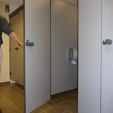 Cloison sanitaire entièrement suspendue
