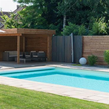 Pelouse avec terrasse, salon de jardin et piscine