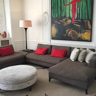 Salon sobre avec touches de couleurs - Rouge, vert, jaune