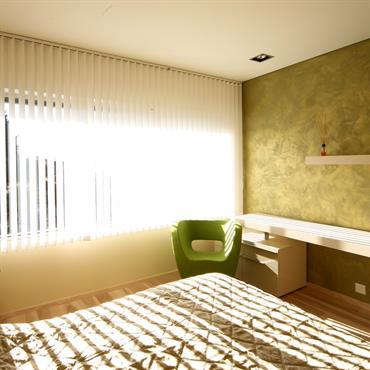 Chambre adulte beige et verte. Stores orientables.