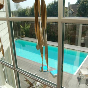 Vue depuis l'escalier sur la piscine extérieure