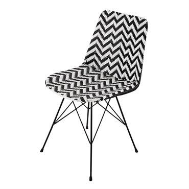 Réalisée en résine tressée, cette chaise noire et blanche donnera une touche d'originalité à votre salle à manger ou à votre bureau. Légèrement inclinés, ses pieds en métal noir apportent ...