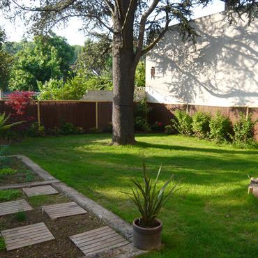 Le gazon a été privilégié dans ce jardin clos.
