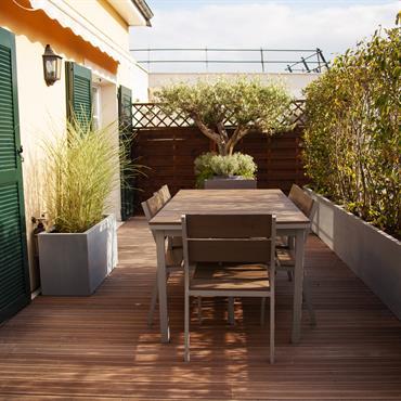 Terrasse en bois à l'abri des regards. Jardinières design.