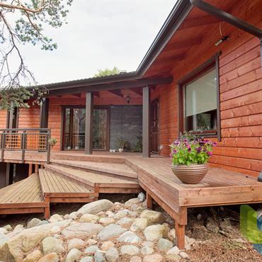 Maison en bois rouge avec coursive