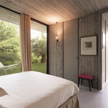 Chambre avec vues et accès au jardin. Dominante de bois patiné