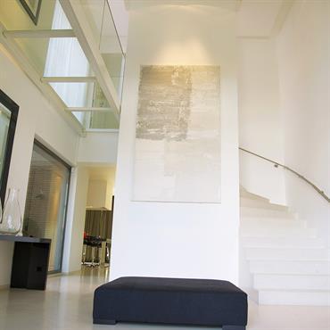 Entrée double hauteur et mezzanine en verre