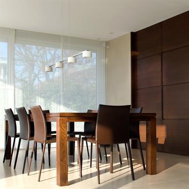 La magnifique porte coulissante en bois ferme à loisir l'espace salle à manger