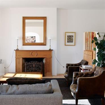 Dans le salon, un enduit blanc aux murs autorise le mélange des styles décoratifs sans charger visuellement la pièce.