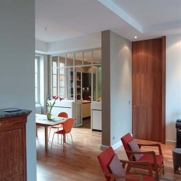 Espace de séjour, salle à manger et cuisine en alcôve