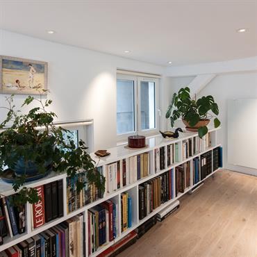 La bibliothèque, reconstruite dans un esprit contemporain, a été abaissée et fait office de garde-corps