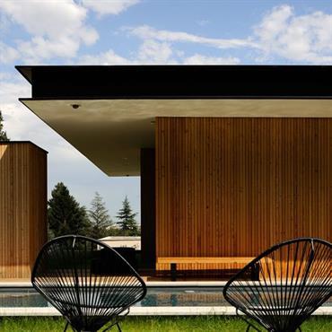 La maison s'intègre dans son environnement et offre des espaces différents, tantôt abrités, tantôt ouverts, selon la configuration du terrain.