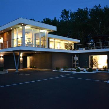 Villa contemporaine en béton armé sur pilotis