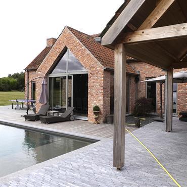 Extérieur maison brique et piscine