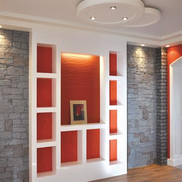 La bibliothèque peut faire office de séparation de pièces, jouant à délimiter vos espaces par le biais d'un jeu de lignes verticales et horizontales apportant volume et cohérence au lieu ...