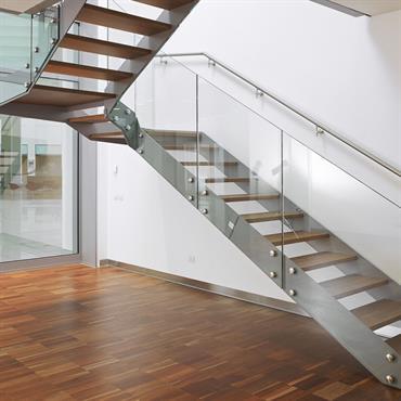 Escalier en métal, bois sombre et panneaux de verre