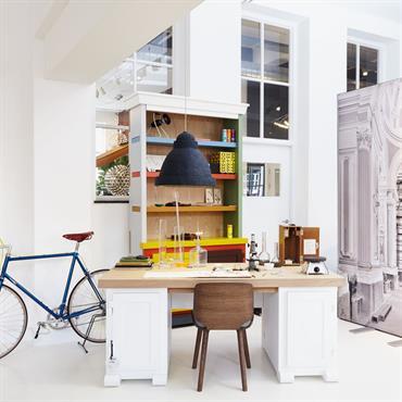 Bureau blanc avec des touches de couleurs, mobilier papier