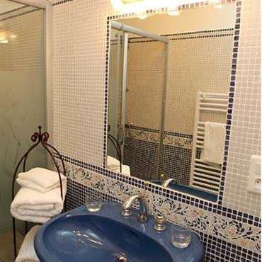 Coin lavabo à la décoration orientale sobre et soignée