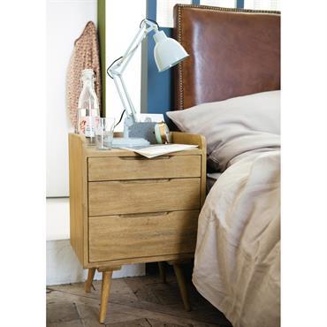 Le chevet vintage Trocadéro adopte une ligne très fifties qui réveillera sûrement des souvenirs… Cette table de chevet en bois de manguier massif possède des montants arrondis qui encadrent le ...
