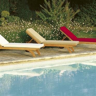 Chaises longues  inclinables en teck  disponibles en 2 largeurs et plusieurs coloris (blanc, écru et rouge)