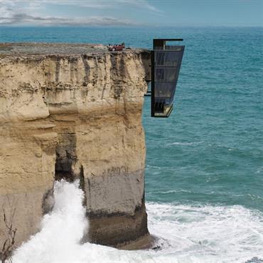Maison contemporaine vitrée suspendue à une falaise - Vue globale