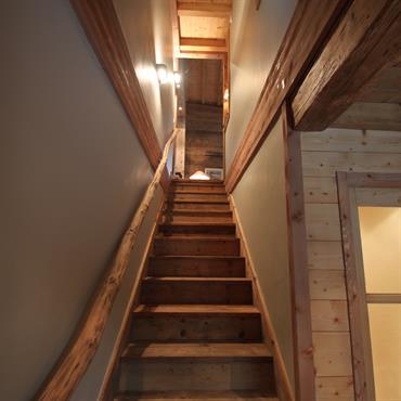 Escalier et garde-corps rustiques en bois