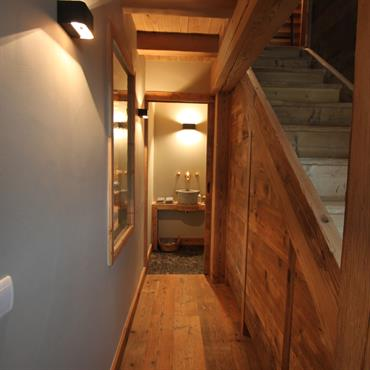 Couloir vers les toilettes. Sol et plafond en bois