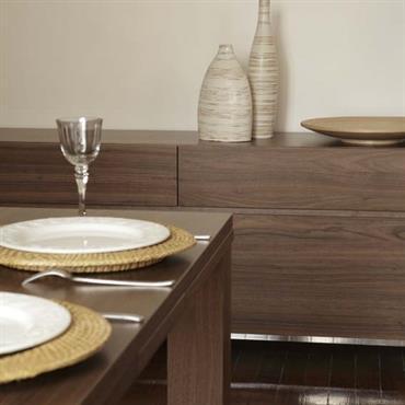 Création d'un contraste entre le mur clair et le mobilier et sol en bois sombre