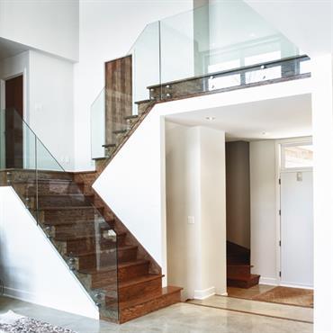 Mélange de matériaux : Verre et bois naturel foncé pour cet escalier