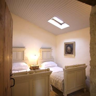 Chambre double avec lit simple maison rustique
