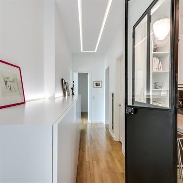 Cuisine ouverte sur le couloir grâce à une verrière d'intérieur escamotable.